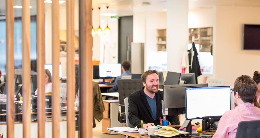 arlington research WMdtbsQ5ouA unsplash 900x480 - Få bedre akustik i hjemmet og på arbejdspladsen