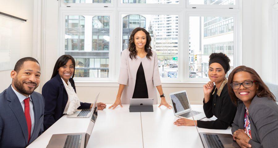 group of people in a meeting 1367272 900x480 - Faglig stærk lederuddannelse for den erfarne leder