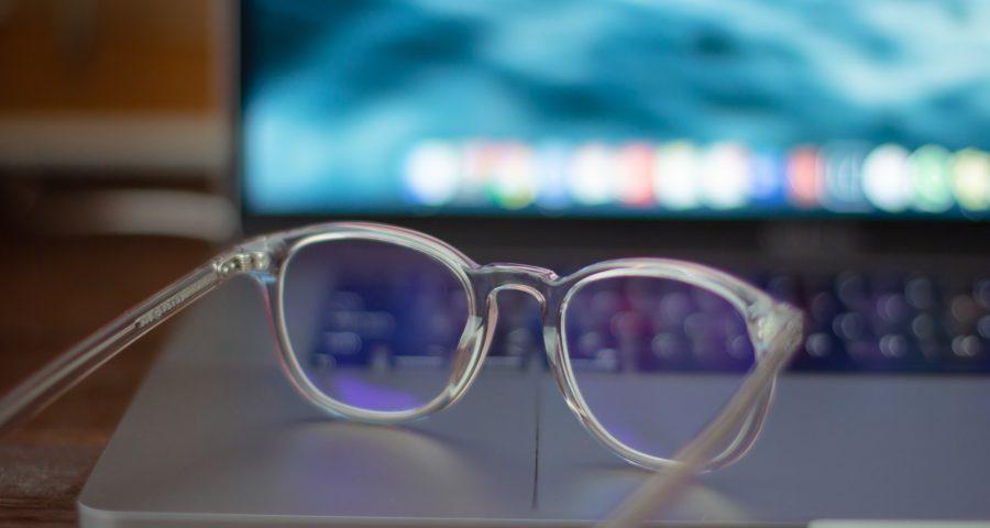 k8 r87zX1RWECQ unsplash 900x480 - Pas på dine øjne med skærmbriller